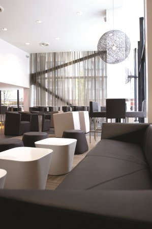 Crowne Plaza Manchester City Centre: The vibrant and elegant Glasshouse Bar