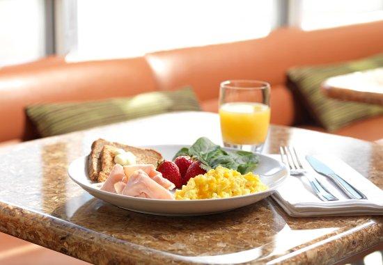 Windsor Locks, CT: SpringHill Suites Hot Breakfast