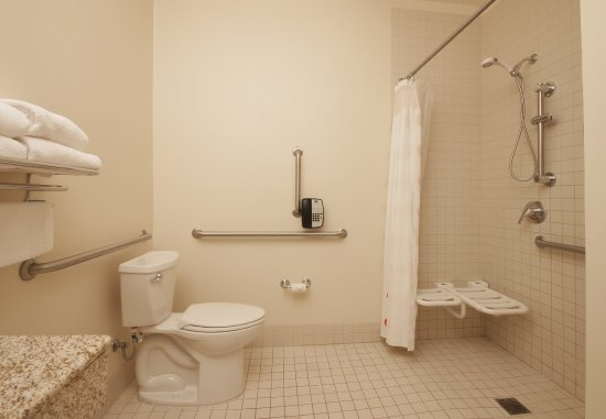 El Centro, Калифорния: Accessible Bathroom with roll-in Shower