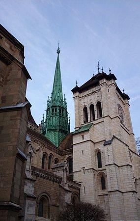 Cathedrale de St-Pierre : Guglia e campanile della cattedrale
