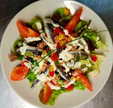 La salade nicoise et les ravioles d'écrevisses au pesto et réduction de poivron