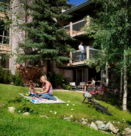 Snowmass Village, CO: Snowmass_TOV_exterior_summer_picnic