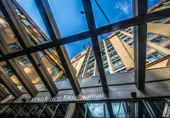 Residence Inn Arlington Courthouse: Exterior Plaza View