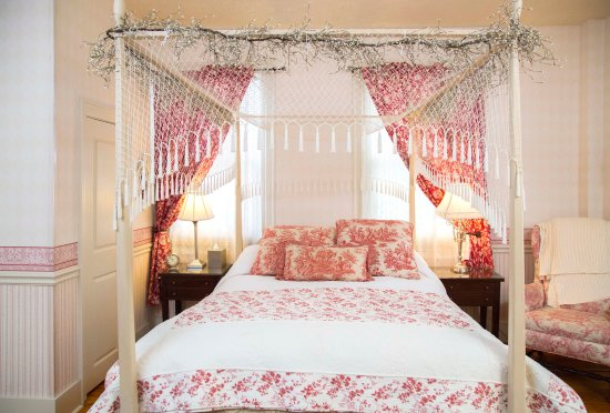 Daniel Stebbins House : Luxurious in Red