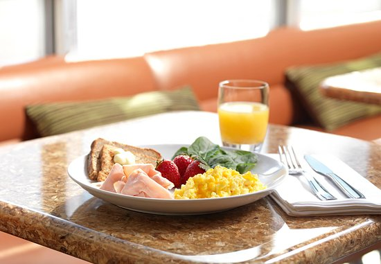 College Park, GA: SpringHill Suites Hot Breakfast