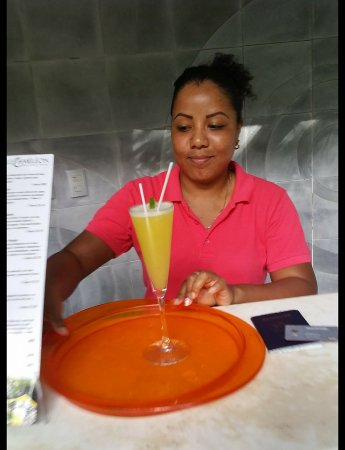 Cocles, Costa Rica: Friendly Receptionist offering refresing welcome drink!