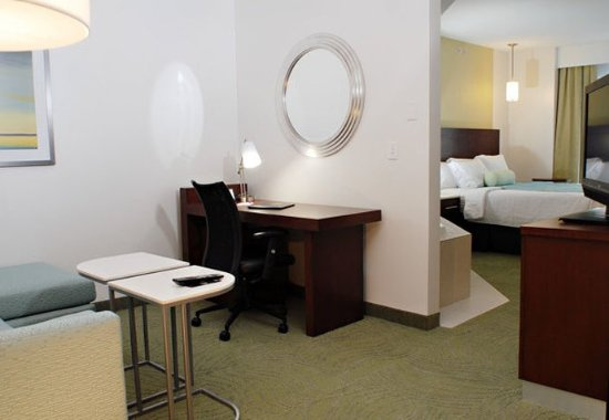 Quakertown, Pensylwania: King Whirlpool Suite    Living Area