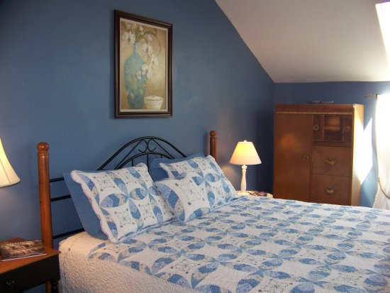 Black Walnut Bed and Breakfast: Blue Moon Suite