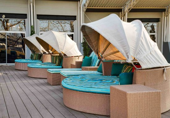 Kempton Park, South Africa: Outdoor Pool - Sun Loungers