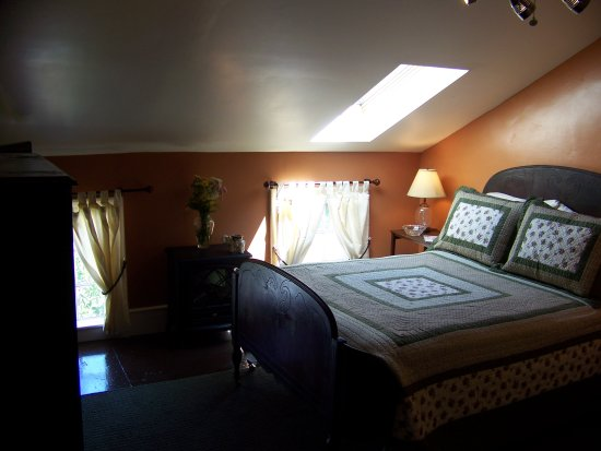 Black Walnut Bed and Breakfast: Keuka Room with it's skylight over the Queen bed; a great place to star-gaze on clear nights!