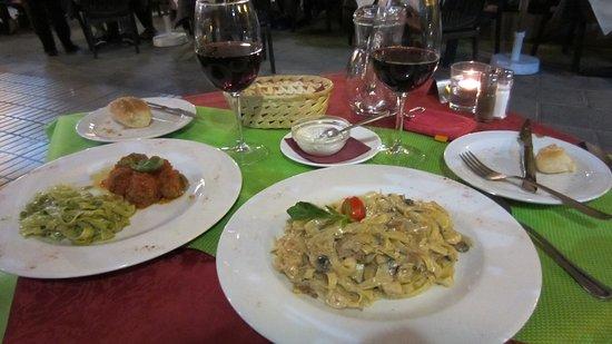 Ristorante Mamma Rosa: Delicious meal of meatballs & chicken tagliatelle