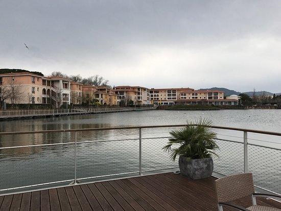 Mimozas Resort : Vue sur le lac depuis l'accueil