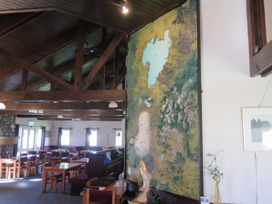 Turangi, Nieuw-Zeeland: View into the dining area with raised-relief map of the region.