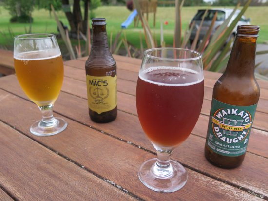 Turangi, Nieuw-Zeeland: Beers on the outside dining tables.