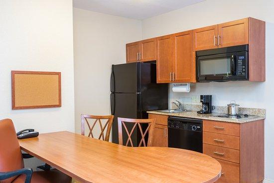 Apex, Βόρεια Καρολίνα: One Bedroom Queen Suite kitchen
