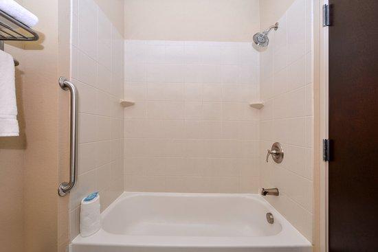 Holiday Inn Express & Suites Bridgeport: Guest Bathroom