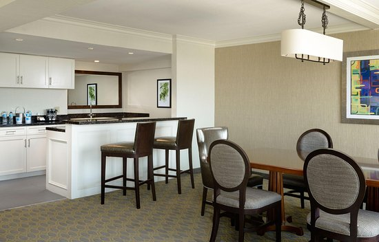 Culver City, Califórnia: Presidential Suite Dining Table/Living Room