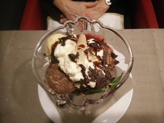Bielefeld, ألمانيا: lecker Eisbecher