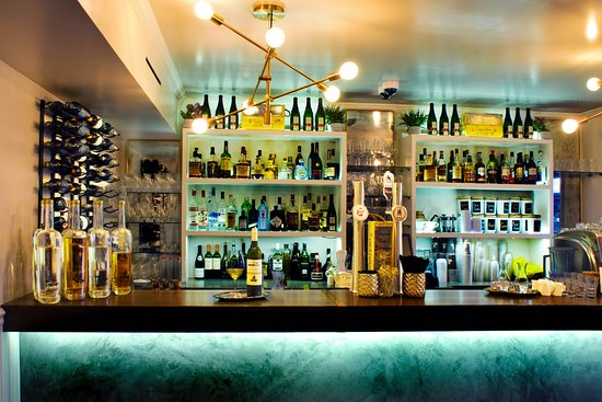Flatts Village, Bermuda: Village Pantry's full service bar