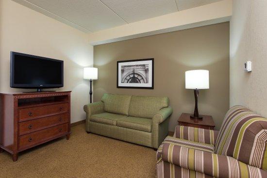 West Seneca, NY: Suite living room