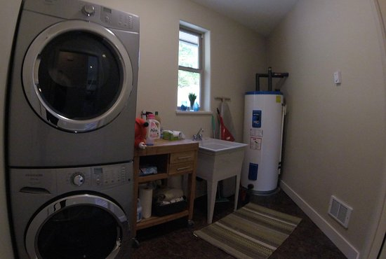Port Hardy, Canada: Mainhouse - Laundry Room (private and open to guests)