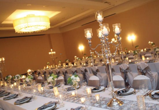 Brooklyn Park, MN: Minnesota Ballroom    Wedding Setup