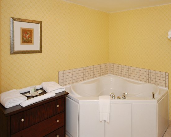 Roanoke Rapids, NC: Our guest room bathrooms are well-appointed with great amenities!