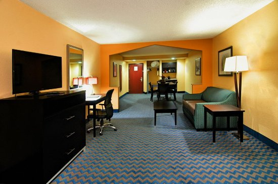 Roanoke Rapids, NC: Enjoy relaxing in the life of luxury in our Presidential Suite!