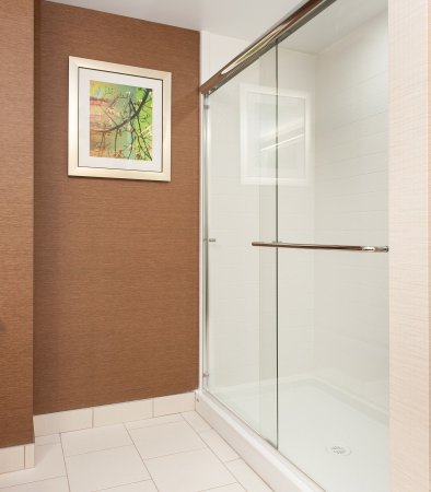 Vernon, Canada: Deluxe Suite Bathroom    Shower