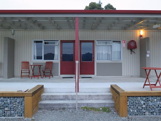 Manapouri, New Zealand: Our room outside.