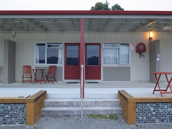 Manapouri, Nueva Zelanda: Our room outside.