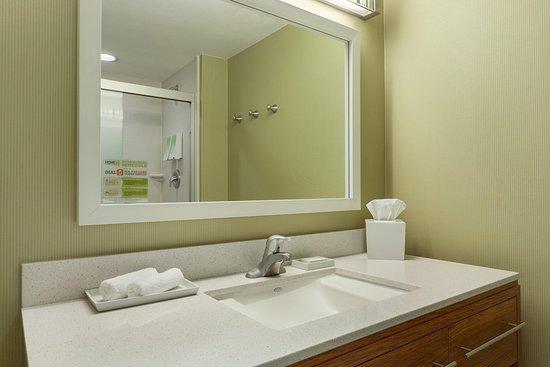 Lakewood, CO: Standard Bathroom