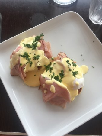 Mission Beach, Avustralya: Great friendly service, with delicious food, priced well. I had a serving of Eggs Benedict and a