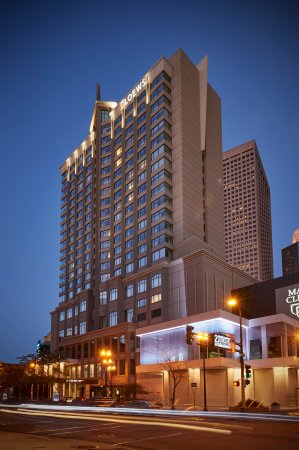 Loews Minneapolis Hotel: Exterior at Night