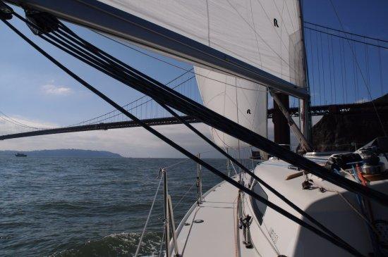 Sausalito, Kalifornien: Sailing out towards the Golden Gate Bridge.