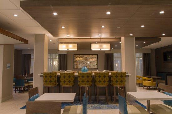 Litchfield, IL: Modern, Fresh Seating Area for Breakfast