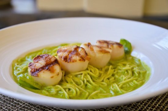 Harbor Grill Restaurant: Grilled Scallops with Spicy Serrano Cream Sauce