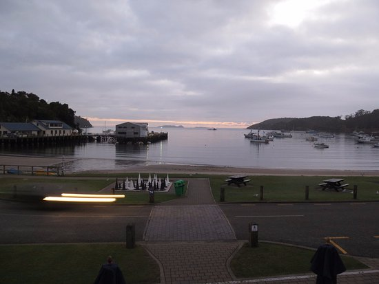 Stewart Island, Yeni Zelanda: View from the hotel's front balcony across the road and beach to the ferry terminal.