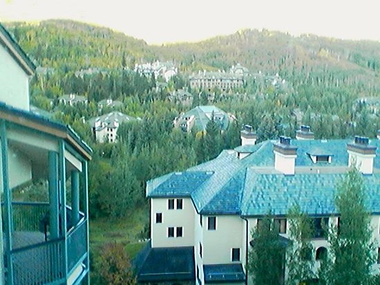 Beaver Creek, CO: West view, green area to park and Elkhorn ski lift