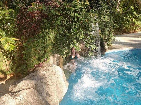DoceLunas Hotel, Restaurant & Spa: Pool's waterfall