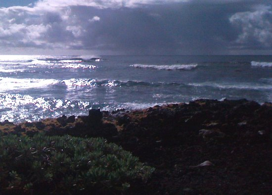 Pahoa, Hawái: 6-8 foot surf over shallow lava rocks and a passing rain coud. Not unusual.