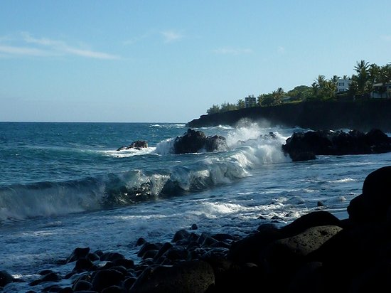 Pahoa, Hawaje: Avoid swimming. Crunching waves onto rocks and sand and a current that sweeps you away.