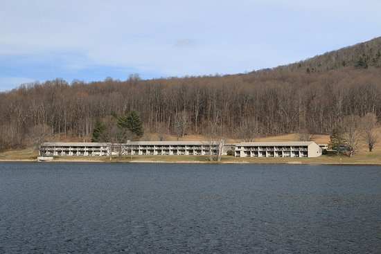 Bedford, VA: View of the rooms from the trail around the lake.