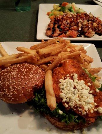 Cockeysville, Мэриленд: chicken burger and grilled chicken