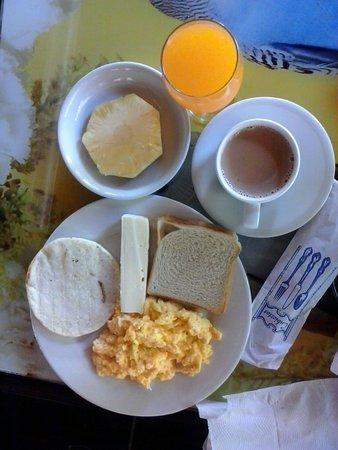 Parque Temático Hacienda Nápoles: desayuno hotel el lago frente al parque,