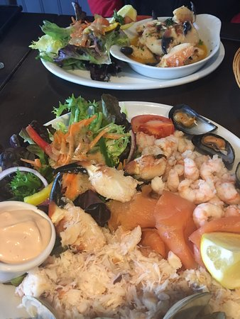 New Quay, Irlanda: Seafood Platter (front) and Crab claws in garlic butter.