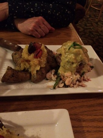 Kaslo, Canadá: Beef tenderloin Oscar with a side of potatoes.