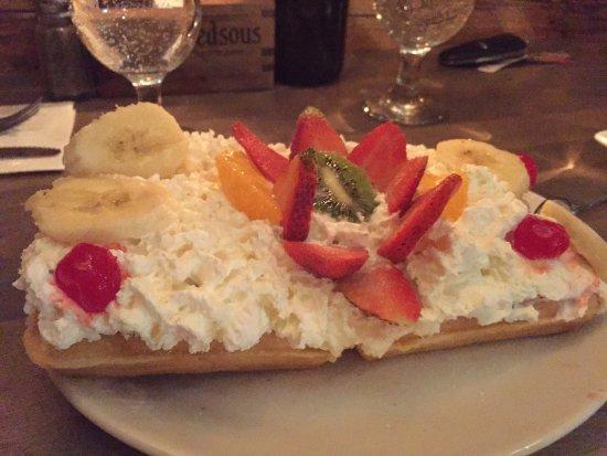 Longueuil, Canada: Délicieuse gaufre avec crème glacée, Chantilly et fruits frais ! Une pour deux personnes est amp