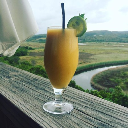 Emily Moon River Lodge: Cocktails with views