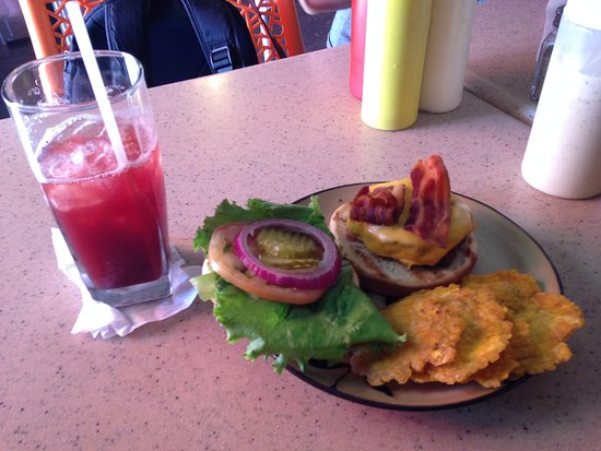 Palmer, Puerto Rico: Perfectly cooked bacon burger with plantain chips